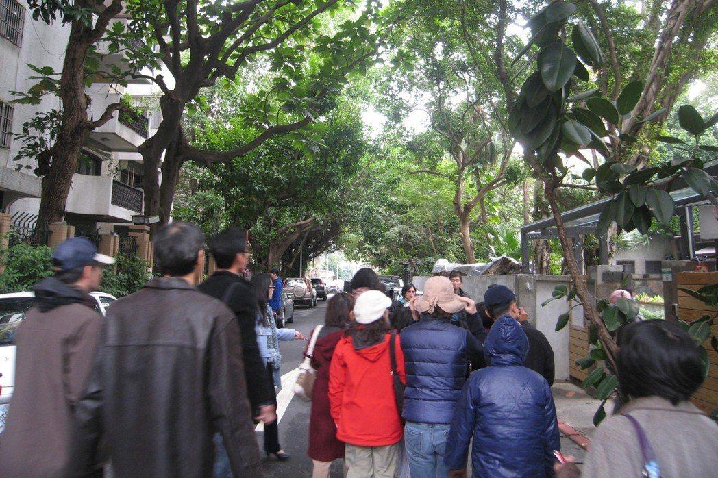 台北市「青田街聚落風貌保存區」,老樹、老屋富含人文色彩,有都市綠寶石之稱,居民自辦社區導覽。但都更風潮後,也有居民因擔心都更權益受損,要求放寬建築管制。 圖/作者提供