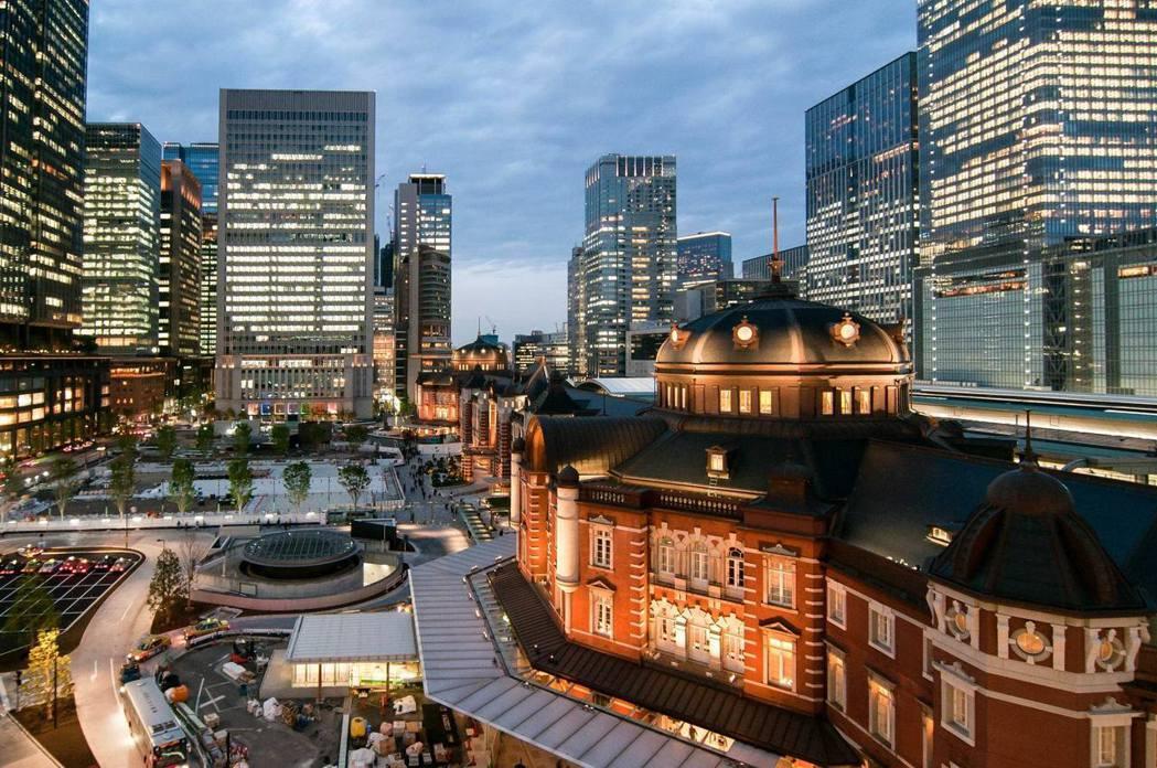 以日本東京車站周邊為例,超高層建築創造土地的集約使用,將街廓重組,提供人行與交通網絡、綠化空間,提振城市的格局。 圖/取自東京車站FB