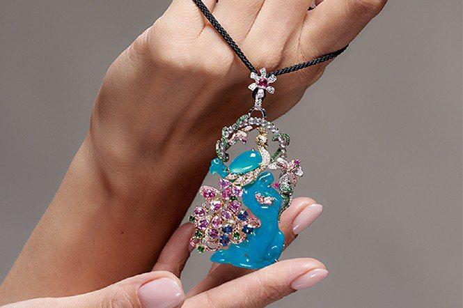 色澤極美的台灣藍寶墜飾。(五舍珠寶)