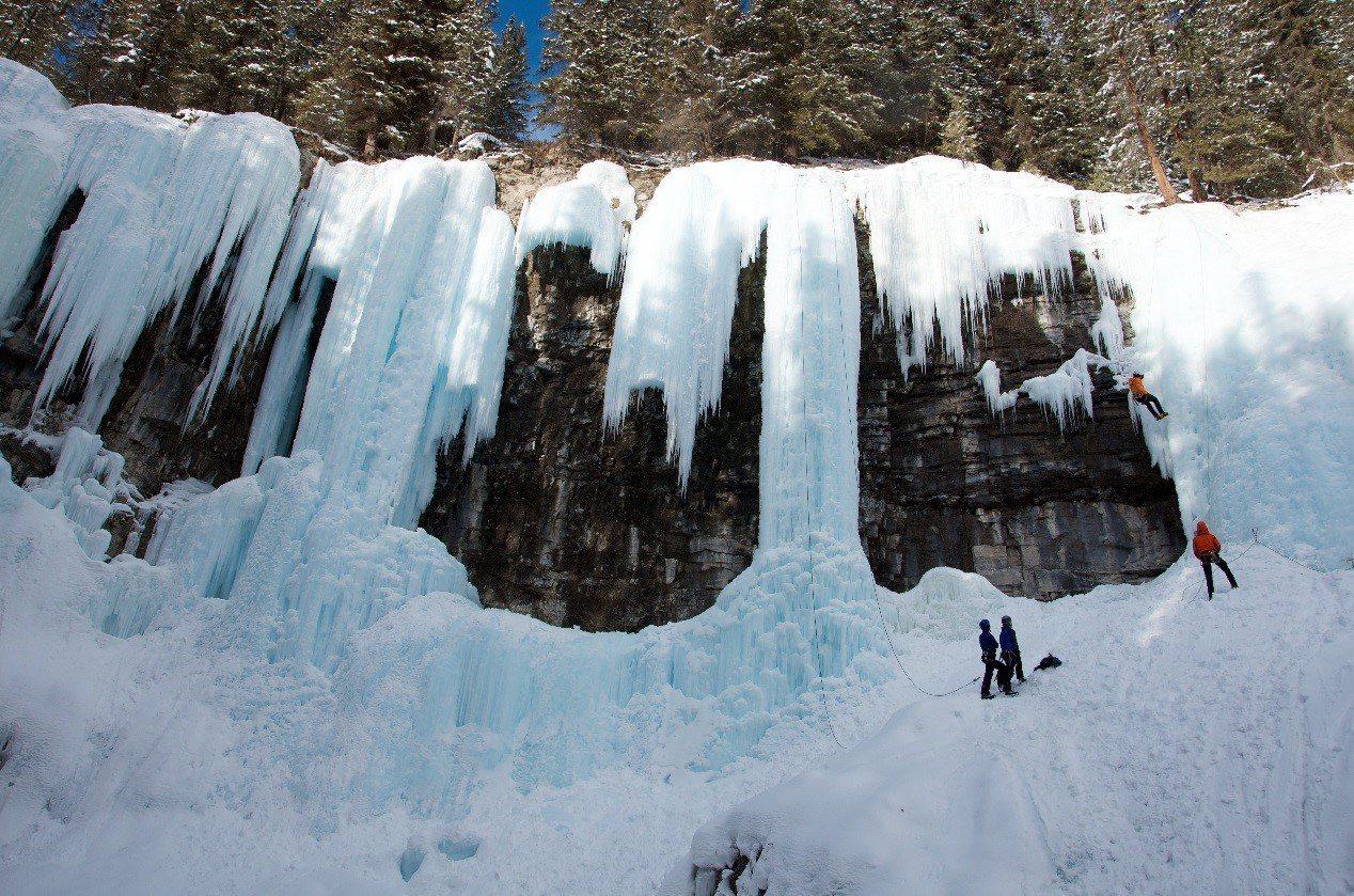 前往約翰斯頓峽谷看「冰崖瀑布、冰廉」。攝影/陳海騰。