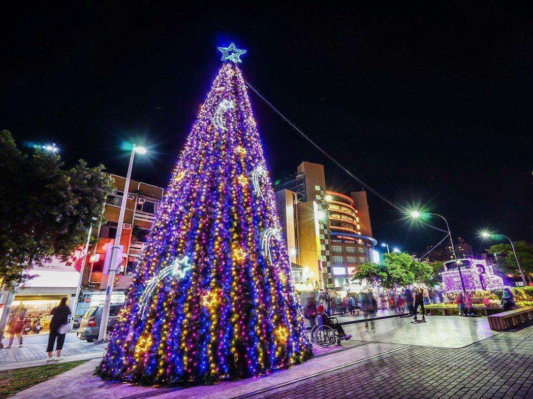 淡水區公所將在12月16日(週六)於淡水老街廣場舉辦點燈儀式,號召老街上的店家一...