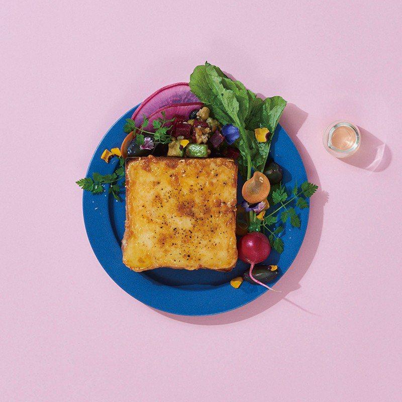 起司吐司、爽口起司佐番茄&羅勒鹹派等,為搭配茶飲也推出了各式美味餐點。
