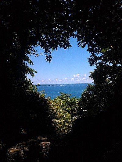 穿過三角隧道可以看到海岸邊的樹叢形成宛若愛心的形狀,從這裡可以遠眺海上的神聖之島...