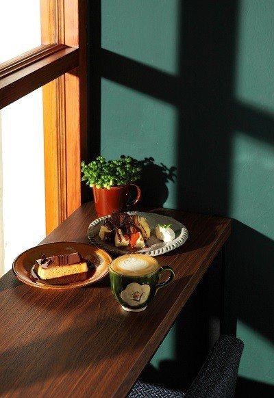 熱咖啡拿鐵150元(右)/喝起來溫潤,香氣令人著迷。肉桂布里歐150元(後)/肉...