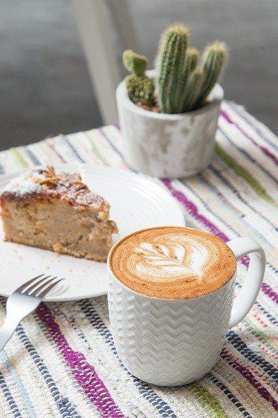 蜂蜜肉桂奶泡咖啡150元(前)/以蜂蜜提味, 搭配綿密奶泡,店主人希望將它分享給...