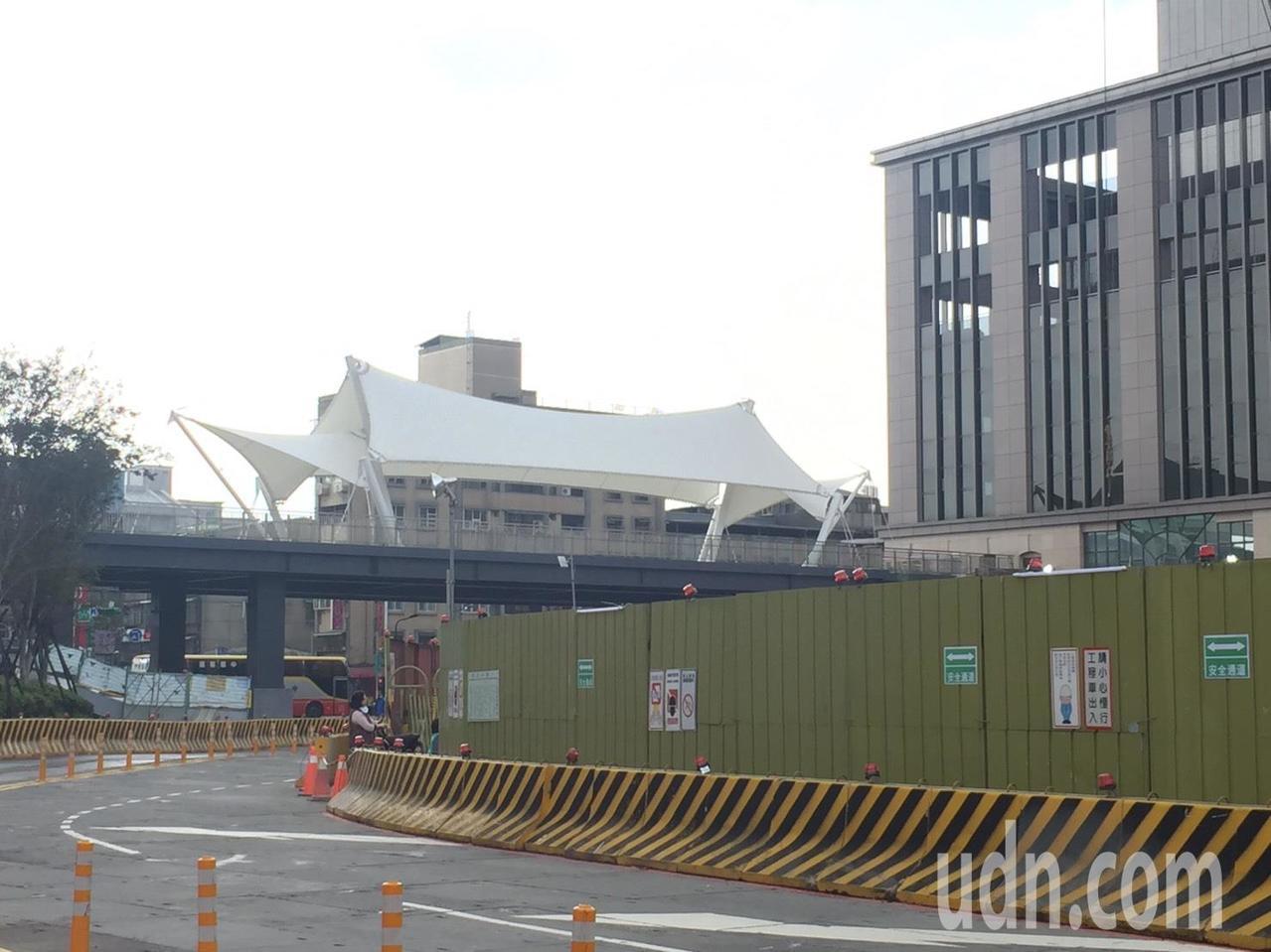 空橋上有龍山寺意象的純白色造景,遠望就像龍山寺的寺廟屋簷。記者陳靖宜/攝影