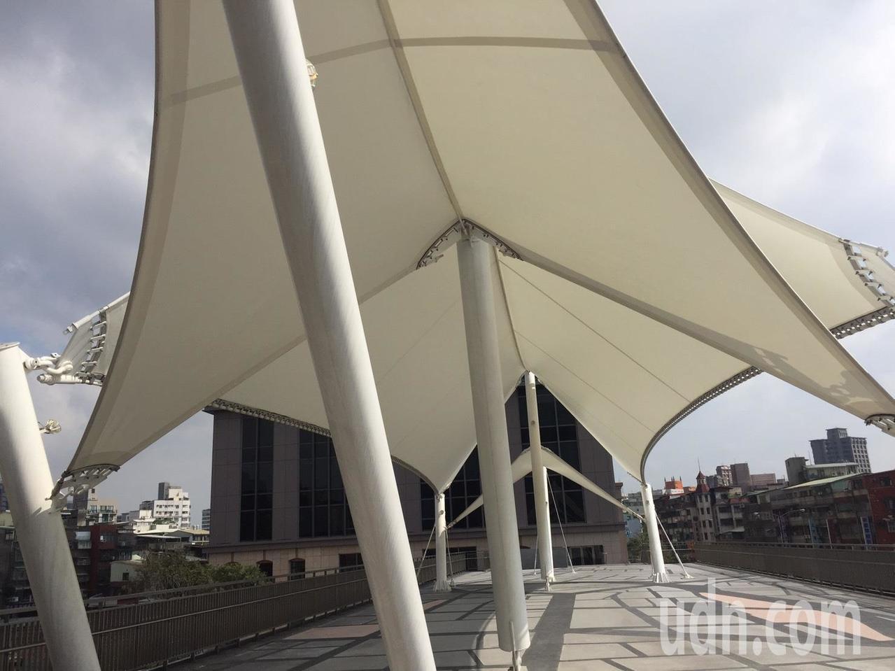 空橋上的龍山寺意象造景,底下是一大片空地,可供民眾休憩。記者陳靖宜/攝影