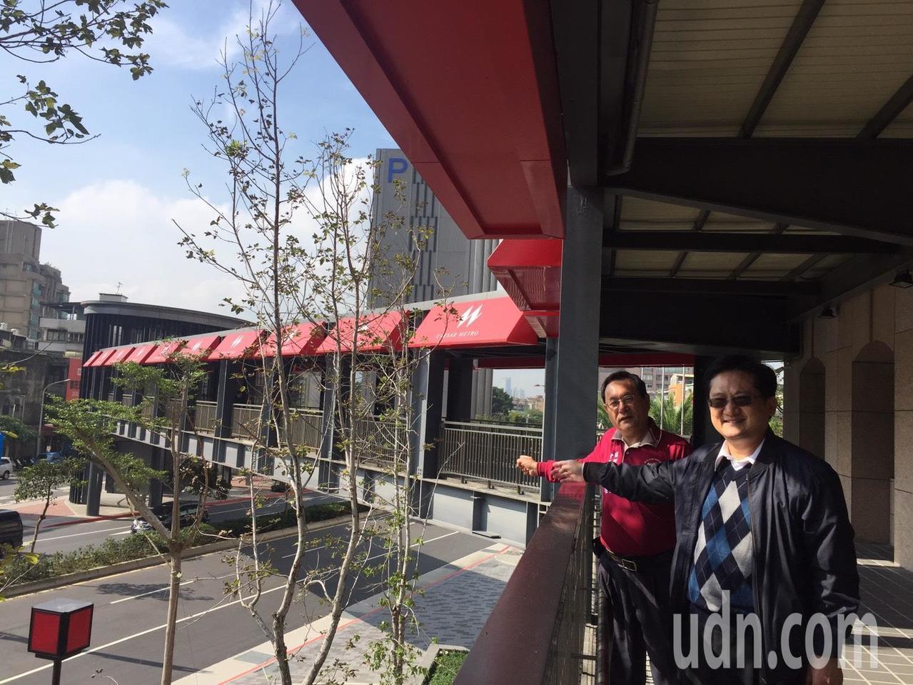 空橋連結凱達飯店與萬華火車站,未來將與明年開幕的天樣飯店聯結,不過當地居民宏傳雄...