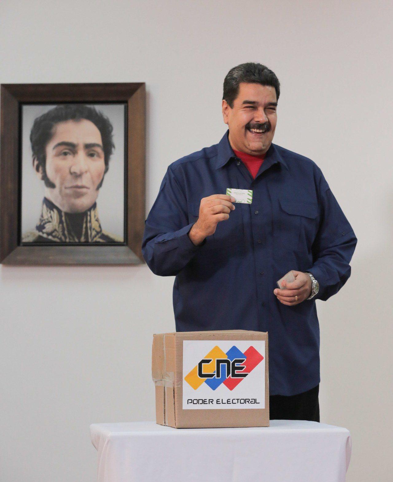 委內瑞拉總統馬杜洛10日投下鄉鎮市長選舉的選票。他同日宣布,凡杯葛周日地方選舉的...