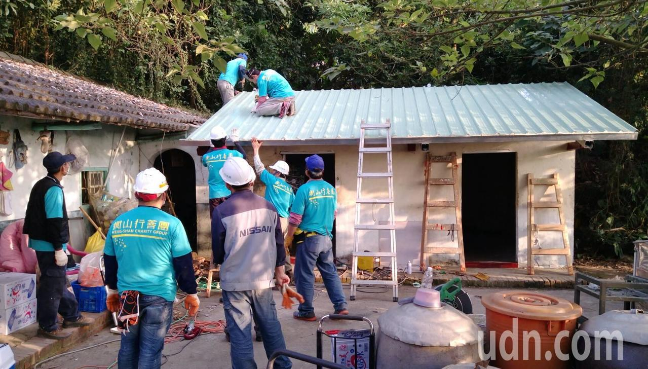 衡山南區行善團志工協助鄂家整修漏水房屋,整個屋頂拆除重建。記者徐白櫻/攝影