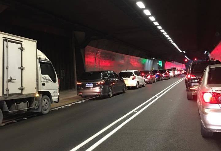 雪山隧道今天上午近10點時發生車禍,目前全線封閉。 圖/翻攝宜蘭知識+社團