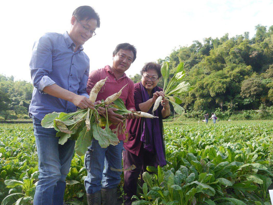 義美公司資深顧問蔡美寶(右)代表簽約,初期契作5公頃無毒栽種的白玉蘿蔔葉。記者徐...
