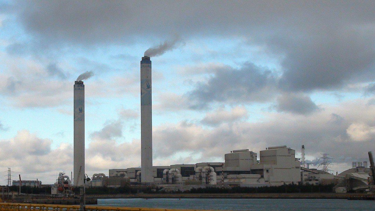 台塑六輕為了解決煙囪排放白煙的「視覺污染」,將花費新台幣46億元改善麥寮廠區的白...