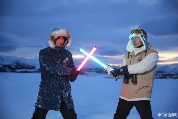 謝霆鋒與馮德倫在挪威錄製節目。圖/摘自微博