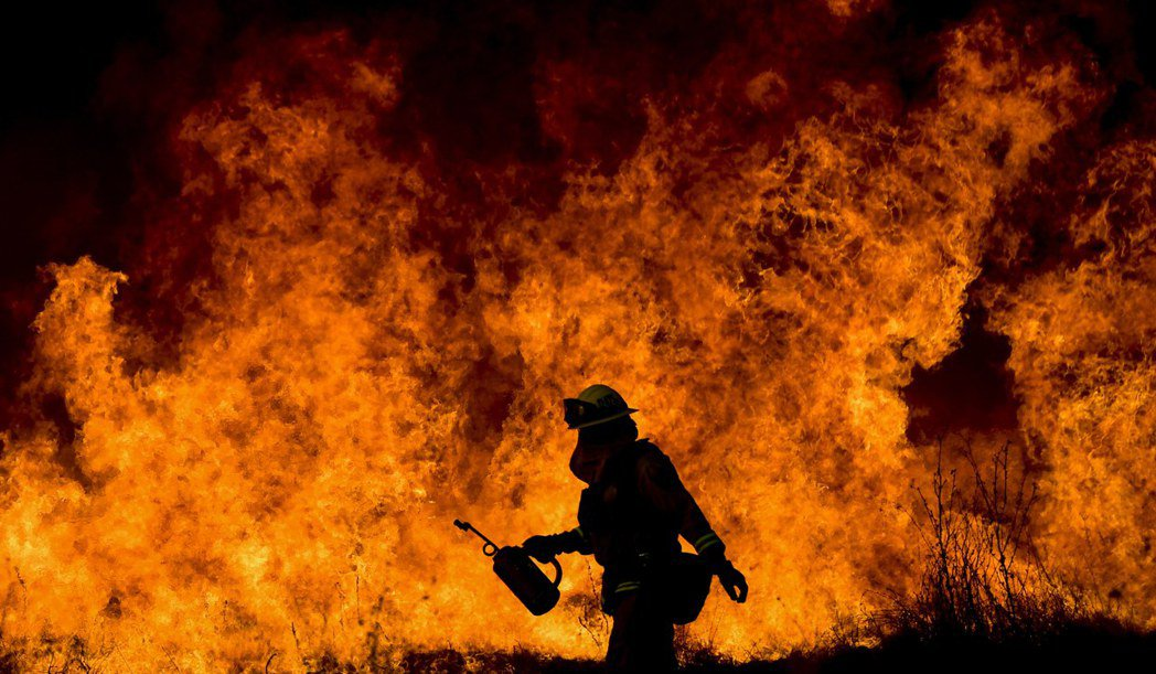 美國加州山林大火持續延燒,數個火場中以湯瑪斯的火勢最大,已焚毀6萬公頃,迫使數十...