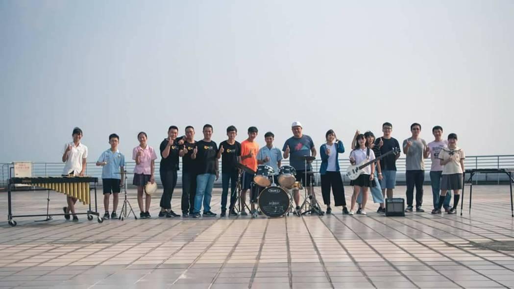 嘉義市議員郭文居服務處執行長簡國輝號召一群拍攝、剪接好手,結合嘉頌青年管樂團成員...