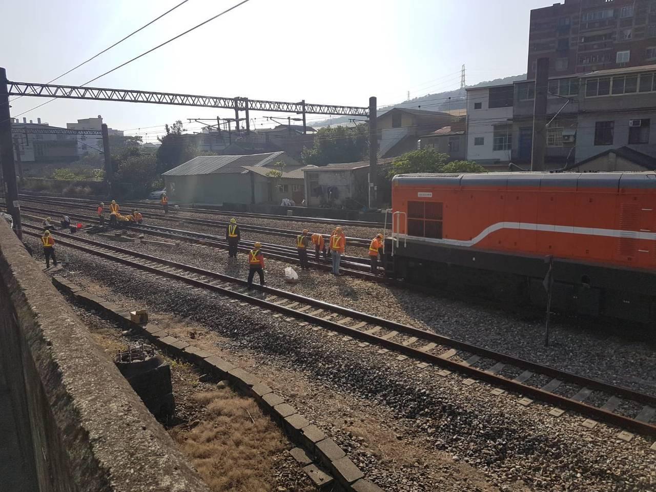 台鐵一列貨車中午在三義火車站輕微出軌,影響山線鐵路列車慢分8到10分鐘。記者范榮...