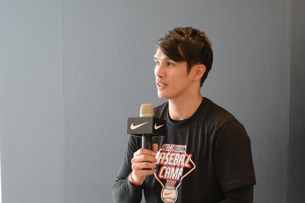日職巨人外野手陽岱鋼擔任Nike訓練營教練,他認為高中生不要太早設限,投打都可以...