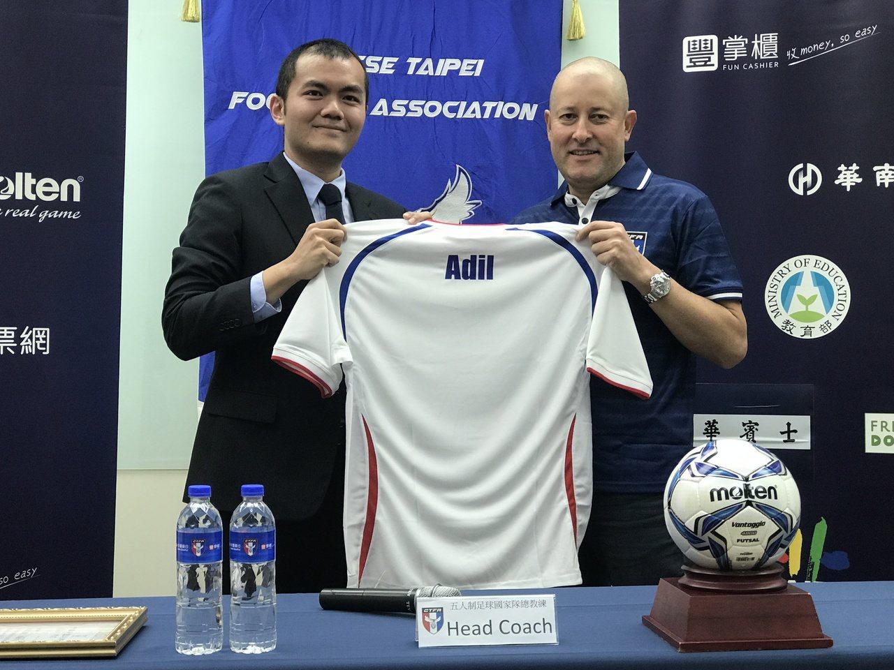 中華足球協會聘用巴西籍的知名五人制教練阿迪爾(右)。記者毛琬婷/攝影