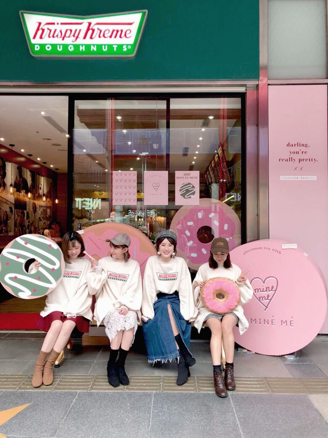 Krispy Kreme、PAZZO聯名寬鬆大學T。圖/PAZZO提供