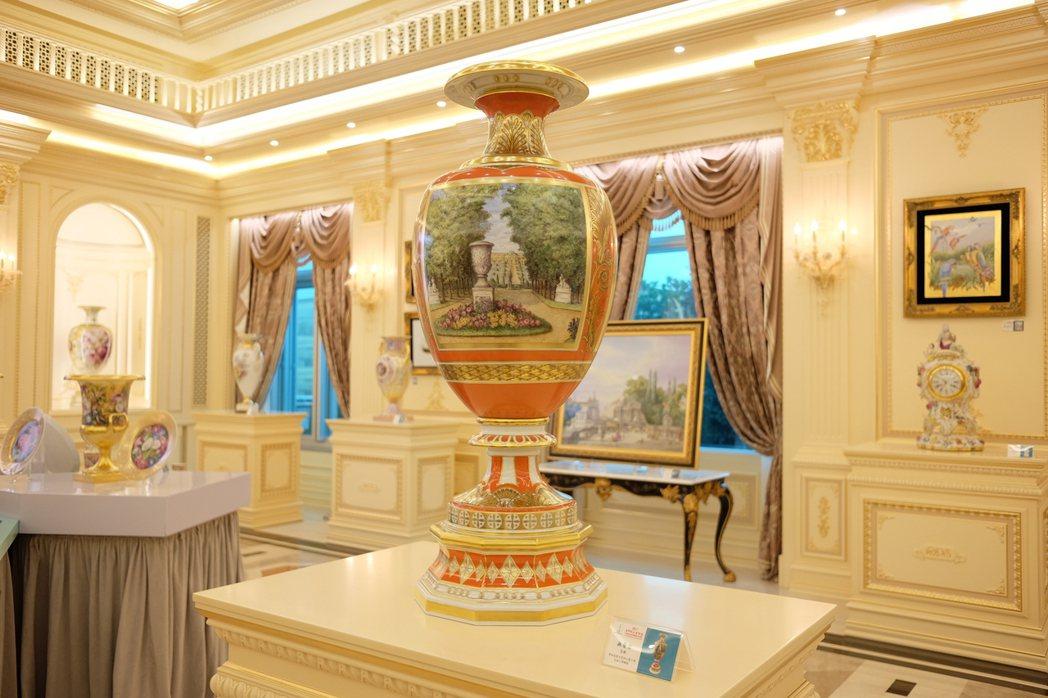 全球限量花瓶「無憂宮」,KPM藝術家運用鑲金畫框將景點完美勾勒在花瓶上。記者黃仕...