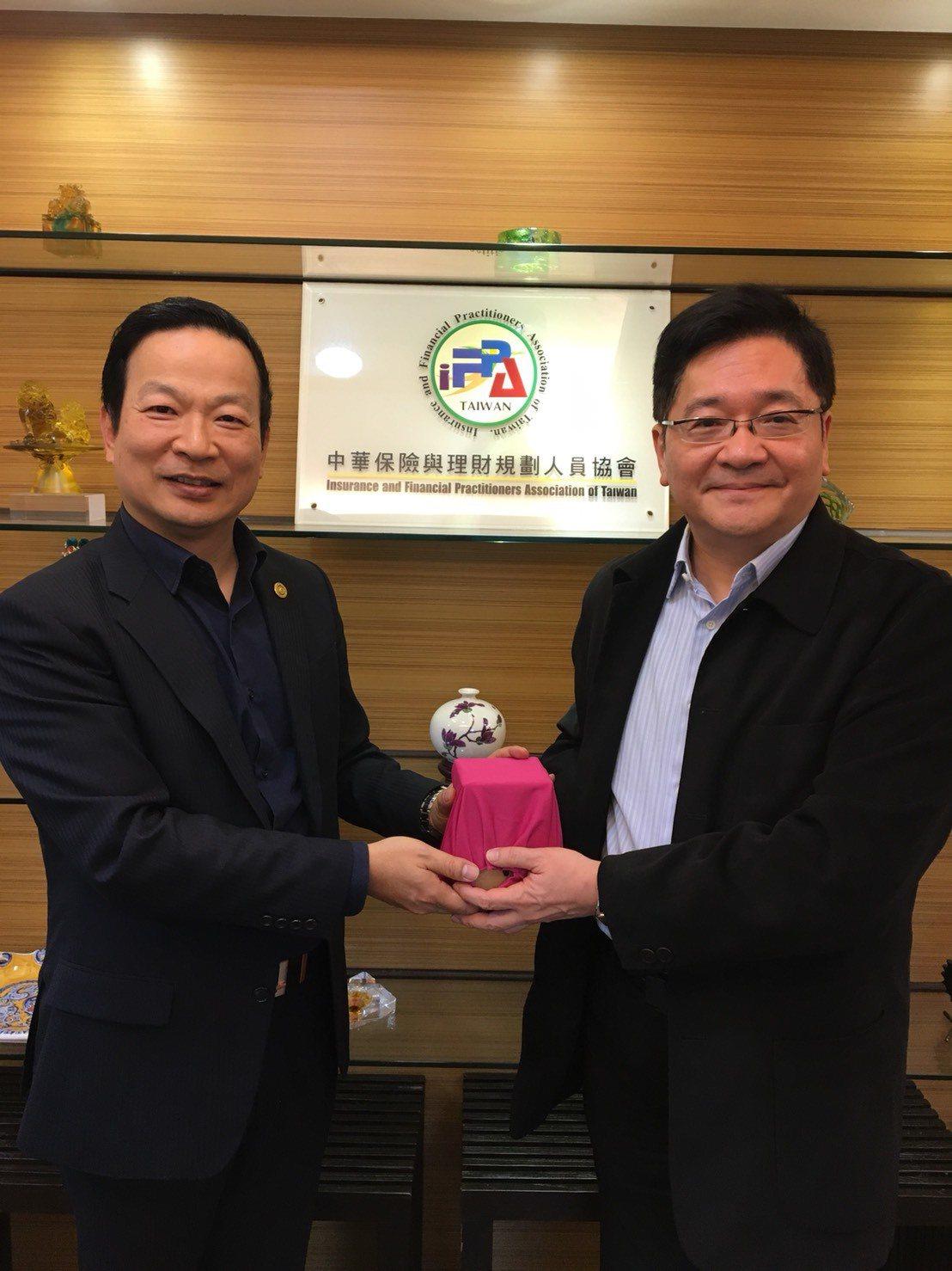 社團法人中華保險與理財規劃人員協會(IFPA)今天(11日)舉行理事長交接儀式,...