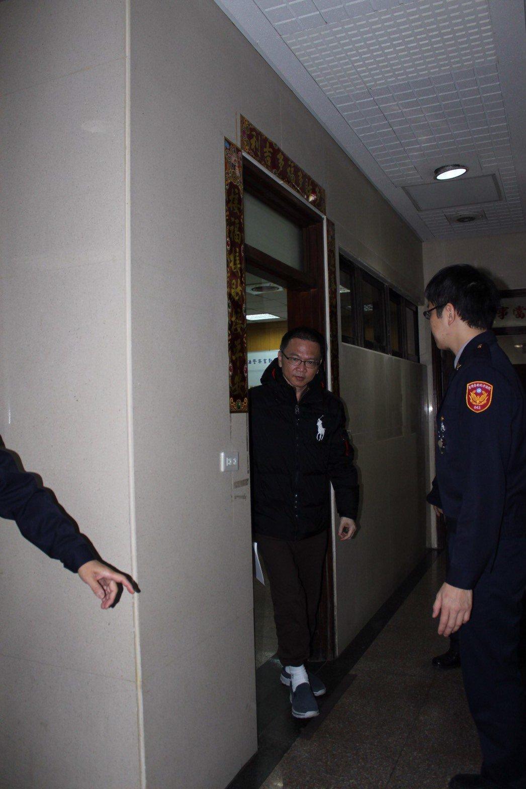 圖為張明田本月6日重開羈押庭仍被裁定1億交保後步出法警室。聯合報系資料照片╱記者...