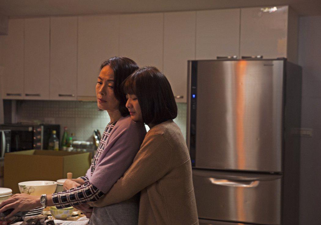 柯淑勤(左)劇中獲知女兒獻出「第一次」無法接受。圖/KKTV提供