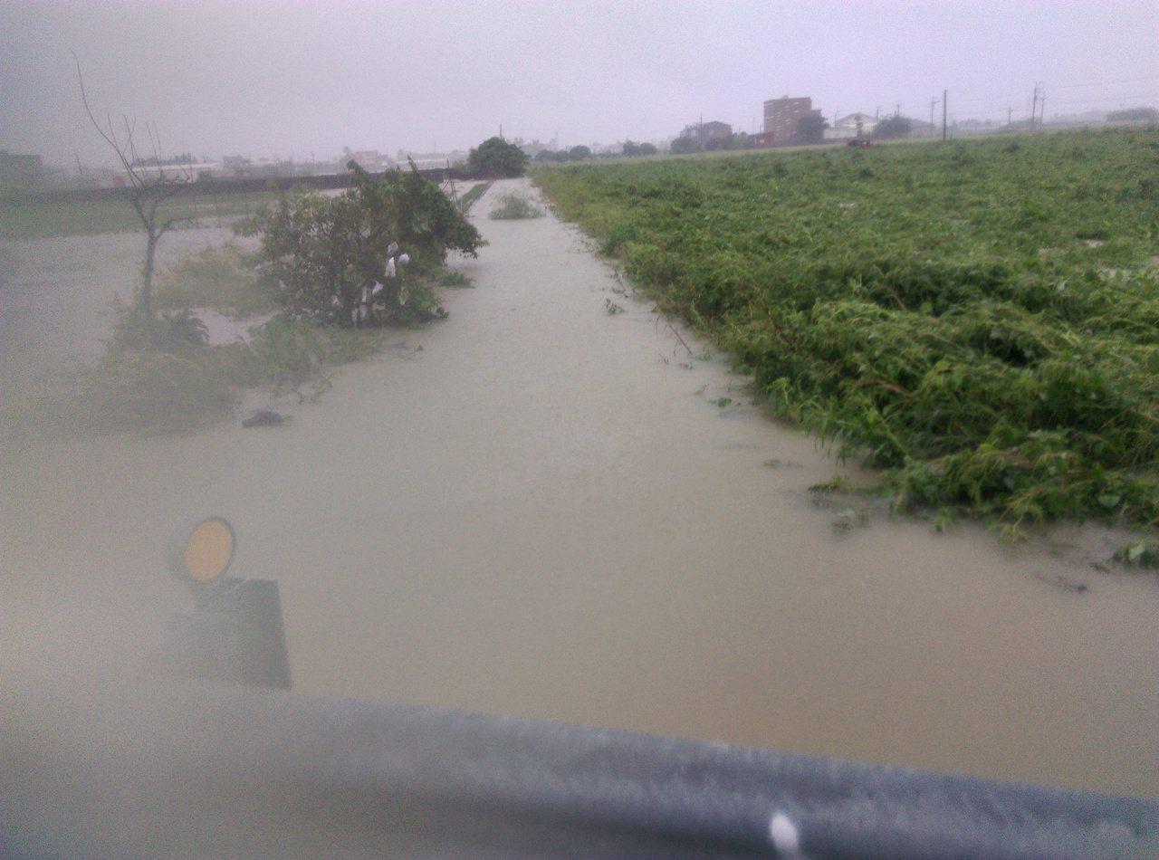 台南市佳里區一處水路溝渠老舊,每逢下雨淹水難消退,因權責不清,農民叫苦。圖/葉宜...