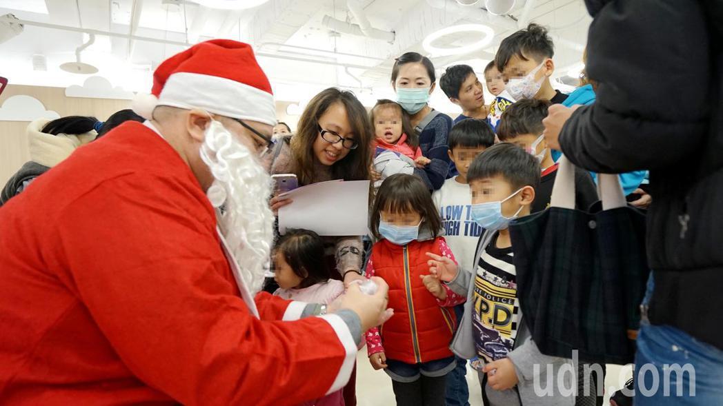 聖誕老公公出現發送餅糖,讓病童樂翻天。記者蔡維斌/攝影