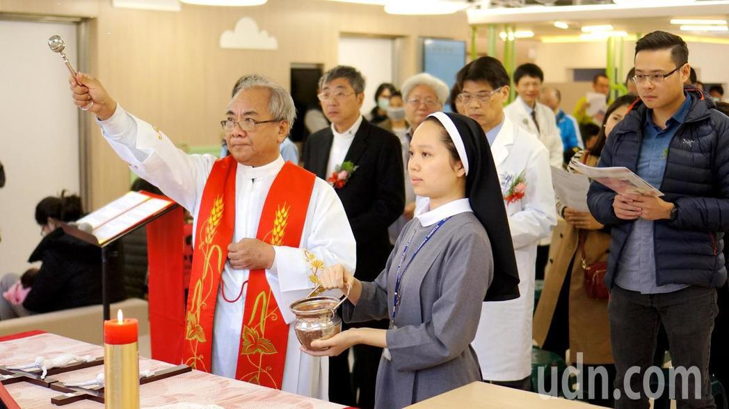 神父為創新的兒童診間舉行祈福禮。記者蔡維斌/攝影