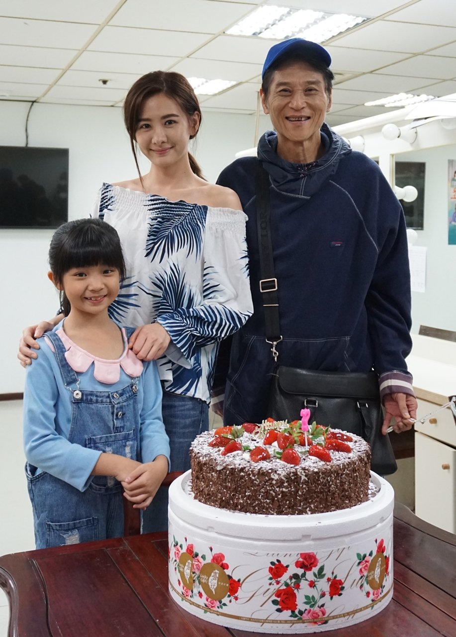 喜翔日前適逢生日,華視劇組買蛋糕慶生,安心亞和童星一起為他祝賀。圖/華視提供