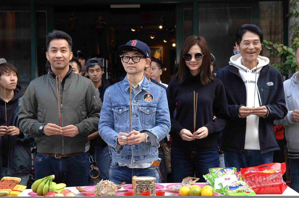黃健瑋(左起)、導演朱家麟、安心亞、喜翔出席新戲開鏡儀式。圖/華視提供