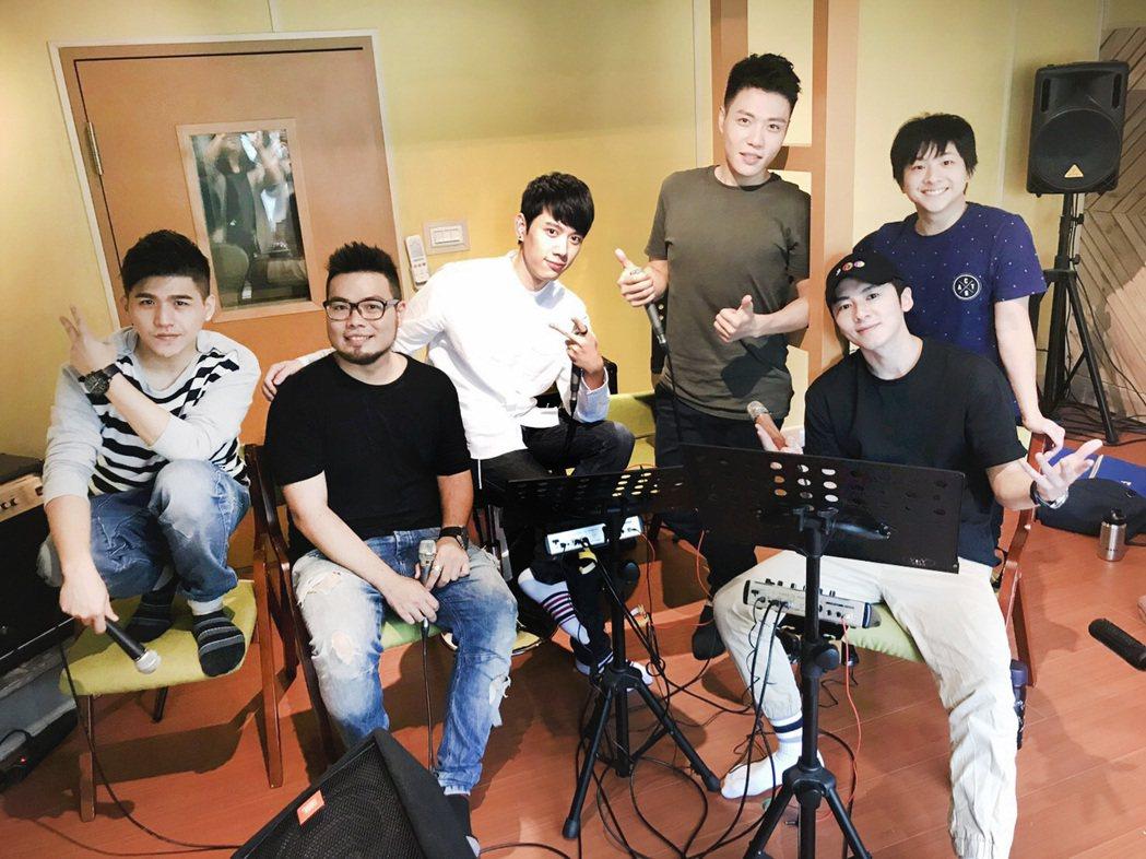 李國毅與VOX玩聲樂團練唱。圖/Is Lounge提供