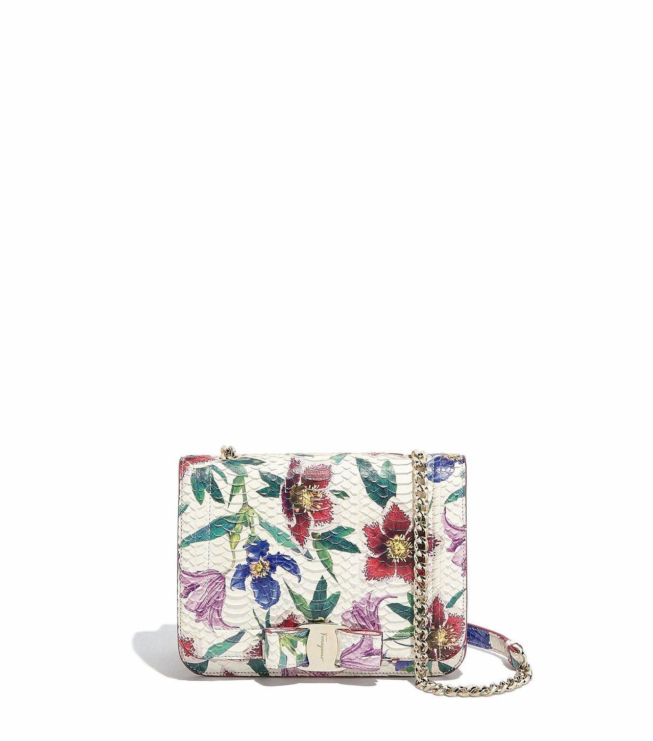 Vara Rainbow白色花卉圖案蛇皮鍊帶包,71,900元。圖/Ferrag...