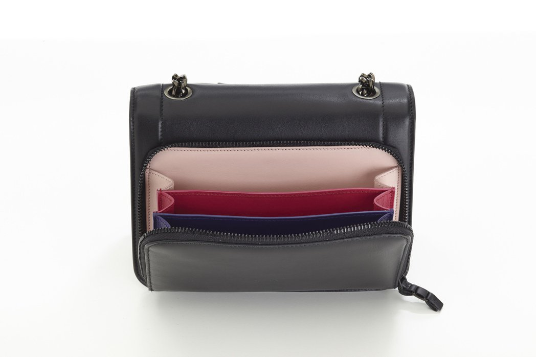 Vara Rainbow內部多層多色的設計向品牌另一經典商品「彩虹鞋」致敬。黑色...