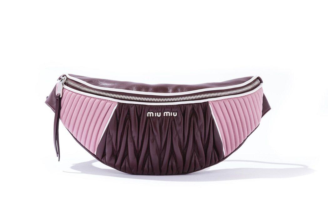 MIU Rider撞色半圓形腰包,46,500元。圖/MIU MIU提供