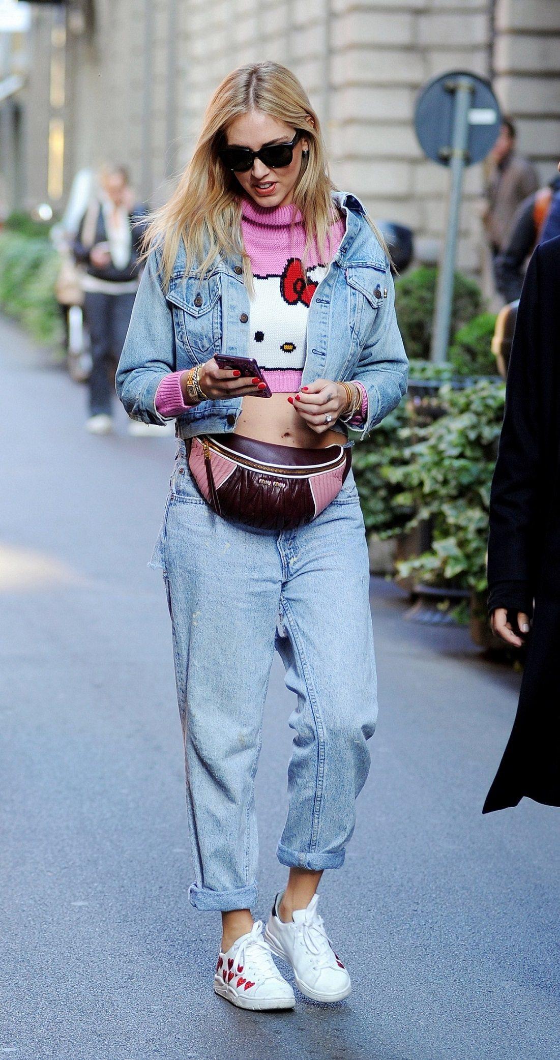 Chiara Ferragni也愛MIU Rider撞色半圓形腰包。圖/MIU ...