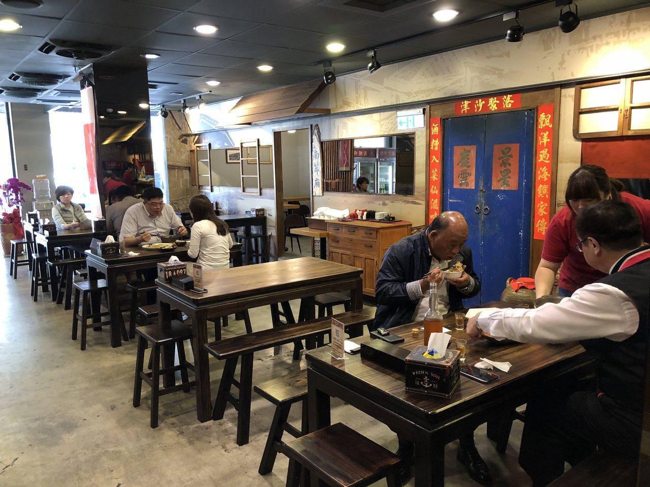 「三食六島」是台中第一家標榜馬祖創意料理的風味餐廳,消費者不必搭船或坐小飛機,就...