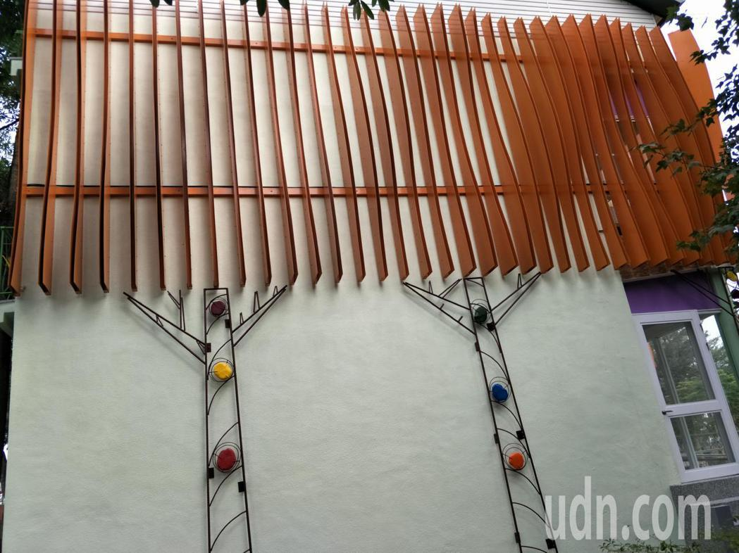 教室外壁重新粉刷增添鋼筋藝術展現新意。記者謝進盛/攝影