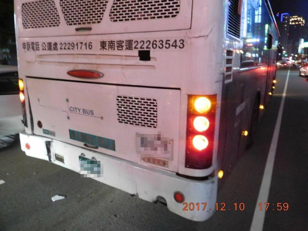 台中市東南客運昨天下午被千萬的勞斯萊斯撞上,車尾略為凹陷。記者陳宏睿/翻攝