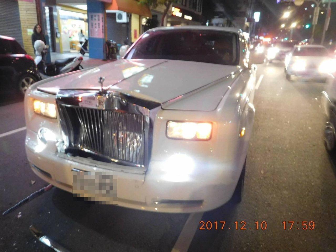 台中市西屯區青海路昨天下午發生一起勞斯萊斯撞公車的車禍,勞斯萊斯的車頭凹陷。記者...