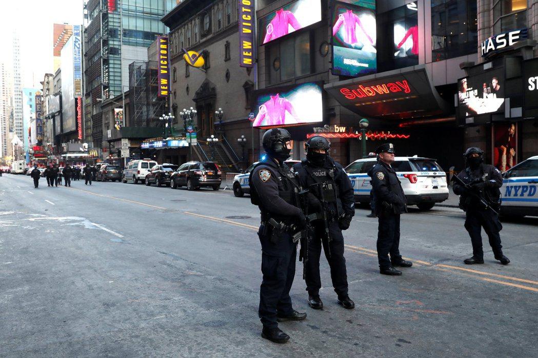 全副武裝的警察11日在紐約「紐新航港局客運總站」附近戒備。路透