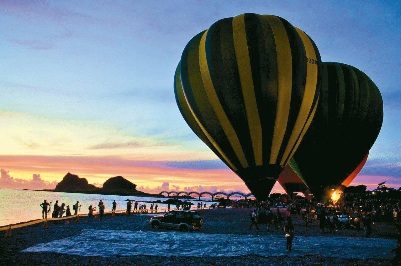 今年元旦台東縣政府配合三仙台迎曙光,安排熱氣球光雕秀,讓數千遊客驚豔讚嘆。 圖/...