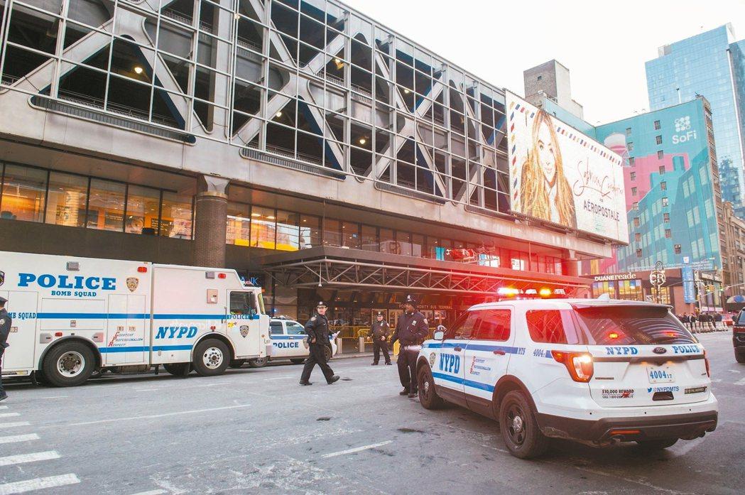 紐約紐新航港局客運總站十一日發生爆炸,警方立刻趕到現場。 (法新社)