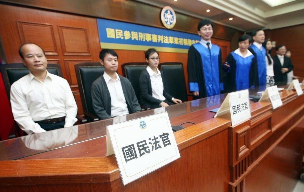 司法院剛推出的「國民參與刑事審判法」草案,新增「國民法官」,引起是否違憲討論。 ...