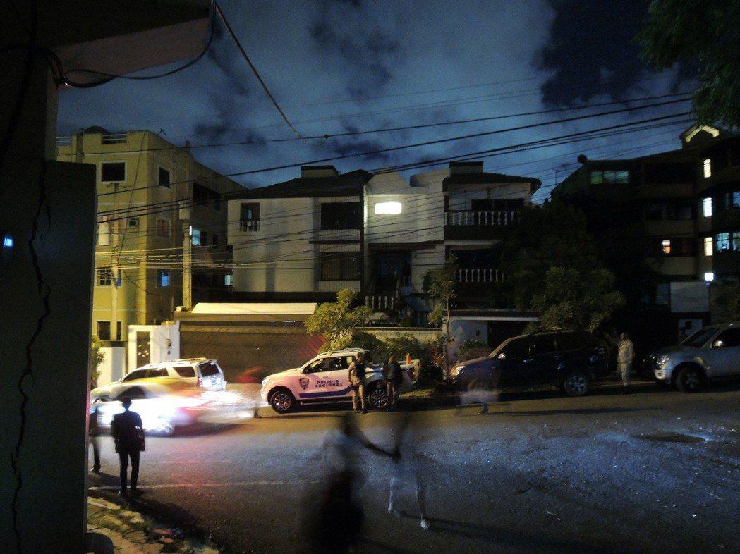 詐騙集團在多明尼加設話務機房,假冒檢警致電行騙大陸人。 記者李奕昕/翻攝