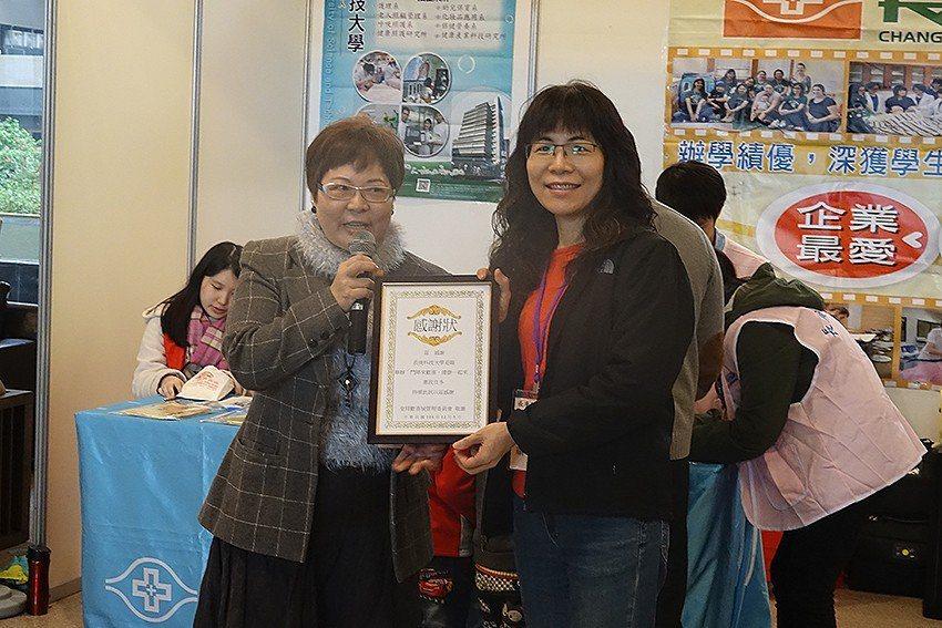 皇翔社區主委張錦芳(左)頒發感謝狀給長庚科技大學。 長庚科大/提供