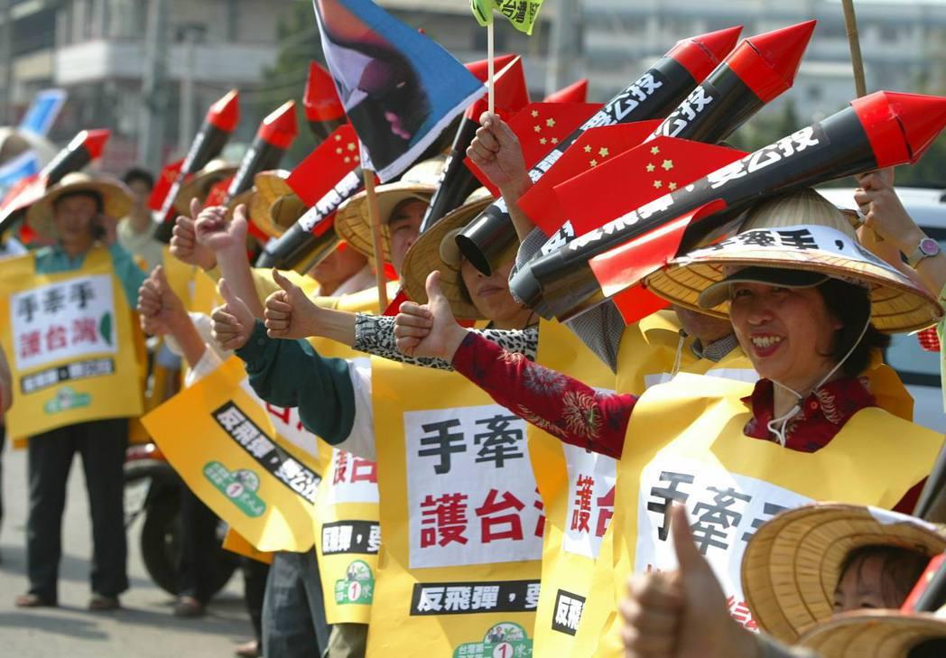 2004年民眾戴著「反飛彈,要公投」的帽子上場,十分醒目。 報系資料照