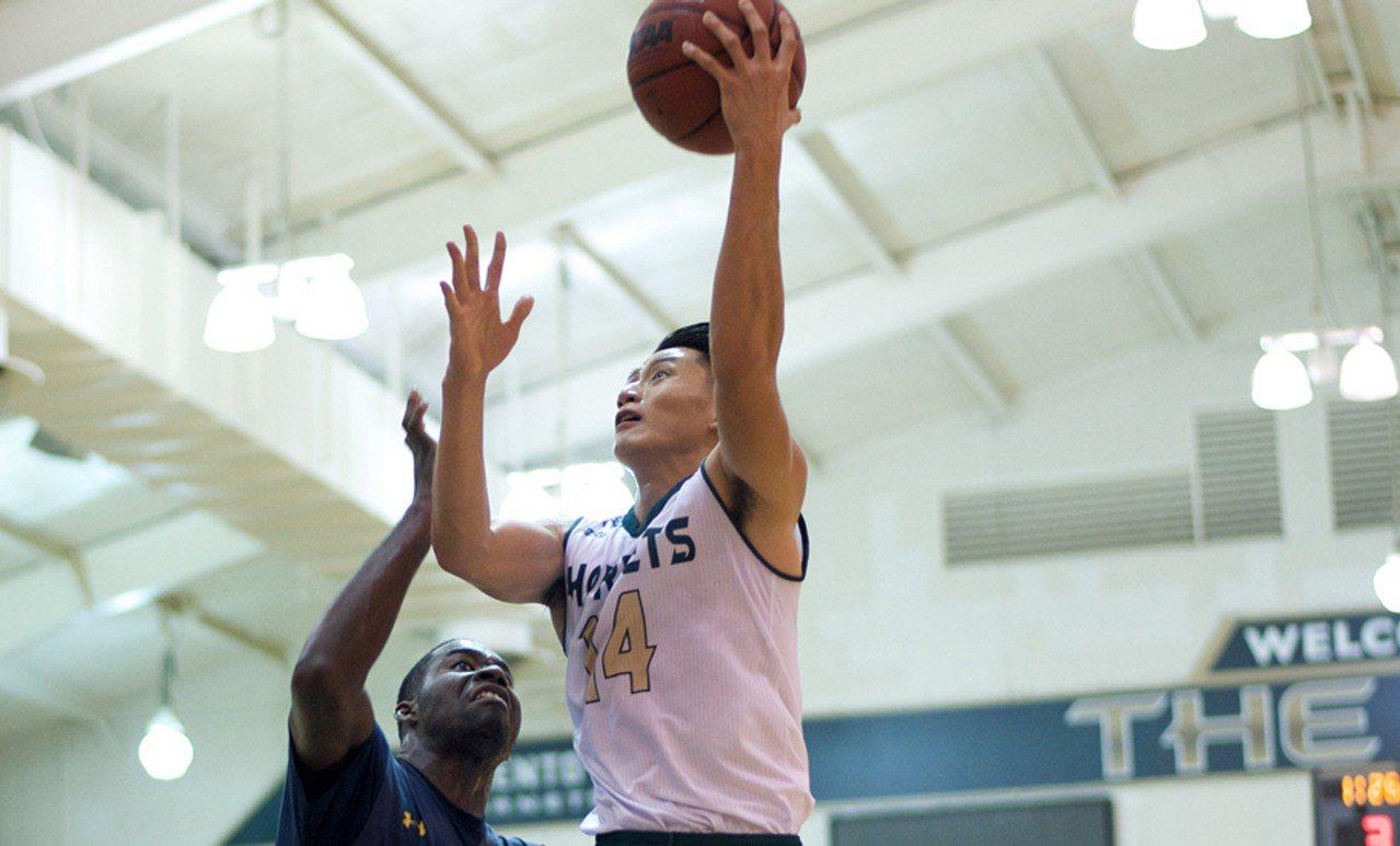 台灣旅美籃球好手吳永盛(右),在上週2場比賽表現高效,不僅2場比賽平均可攻下17...